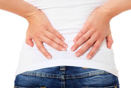 Weibliche Person hat Rückenschmerzen